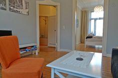 Wohnzimmer mit Blick auf Flur/Bad und Schlafzimmer Mittenmang.