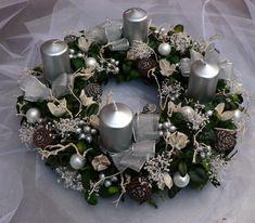 Adventní věnec bílo-stříbrný Průměr 30 cm.Základ tvoří buxus,který je dozdoben stříbrnýmí svíčkami,vánočními kouličkami,šiškami a sušenými květinami.