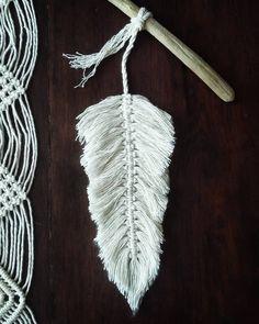 Nowy sznurek daje całkiem nowe możliwości plecenia. Jestem zakochana w makramowych piórkach i w tym, jakie są puchate. ;) #piórko #feather…