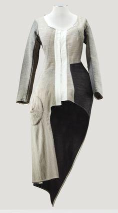 * Cardigan asymétrique en toile tailleur de laine beige automne-hiver 1998-1999 - Comme des Garçons par Rei Kawakubo 1998-9
