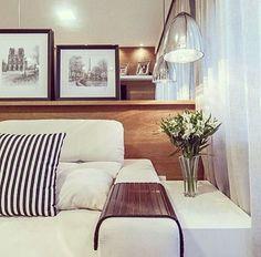 Painel em madeira com apoio para quadros, espelho e mobiliário branco…linda combinação para inspirar o final de semana!!!  #dicameiramartins #decor #interiores #projetos #ambientes #detalhes #designdeinteriores #instadecor #homedesign #inspiração...