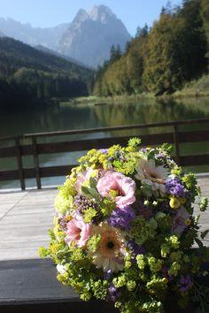 Braustrauß Pastell und Vintage Hochzeit in zarten Regenbogenfarben, Riessersee Hotel, Garmisch, Bayern, vintage lake-side wedding in pastel colours, Germany, Bavaria, wedding destination