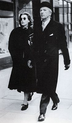 photographer unknown Greta Garbo and Cecil Beaton, London 1951 Classic Hollywood, Old Hollywood, Hollywood Icons, Birgitte Bardot, Matt Hardy, Divas, Cecil Beaton, English Fashion, Marlene Dietrich