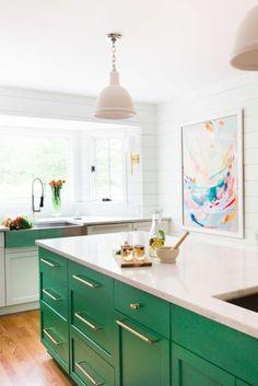 Donkergroene keukenkastjes met een granieten werkblad.