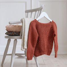 «Rust, pudder og naturhvit. #strikk #strikkeplagg #vinterbluse #bonton #barnaigata #dustorealpakka #babysilk #pinnestol #strikktilbarn #barnestrikk…»