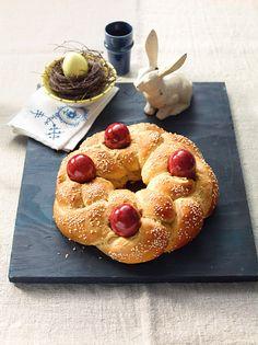 Griechischer Osterkranz - Runder Hefezopf mit rot gefärbten Ostereiern zum Brunch oder Frühstück an den Osterfeiertagen