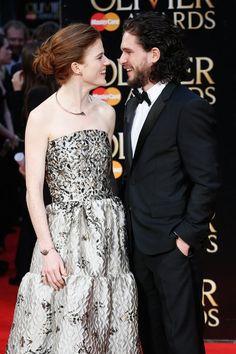 Pin for Later: 17 Choses Que Vous Ignoriez à Propos de Kit Harington Il est en couple avec Ygritte (alias Rose Leslie) dans la vraie vie. Kit et Rose Leslie ont confirmé la rumeur en Avril dernier en posant ensemble sur le tapis rouge des Olivier Awards à Londres.