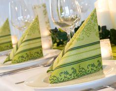 """grüne Servietten mit Ornamenten - Tischdekoration """"barockes Grün"""" - meine-hochzeitsdeko.de"""