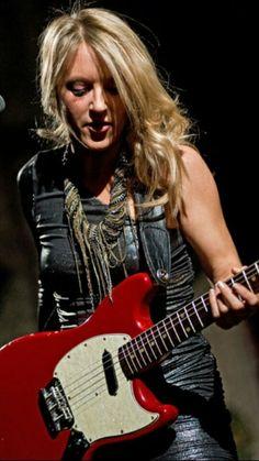 just caring for her g'tar ! Guitar Girl, Cool Guitar, Female Guitarist, Female Singers, Liz Phair, Much Music, Women Of Rock, Rocker Chick, I Miss Her