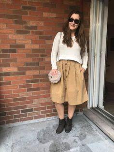 Crop top sweater et jupe taille haute! 🥰 Truc zéro-déchet: Adapte tes jupes d'été pour pouvoir les porter l'automne! Essaie les avec des manches longues, des chandails épais, des bottines, des sacs à main au look plus hivernal, de la superposition, des collants, etc. 😻😻😻 Look Plus, Hipster, Fashion, Tights, Ankle Boots, Layering, Moda, Hipsters, Fashion Styles