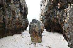 沖縄県北部の備瀬地区に「ワルミ」と呼ばれるパワースポットがあります。まったく人気のない草むらをかき分け歩き続けると、、どこからともなく波の音が聞こえます。波の音を便りにさらに生い茂る草むらを進むと…、巨大な巨大な岩が現れ、岩間