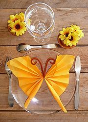 pliage de serviette en papier en forme de papillon ~ could leave out the pipe cleaner, or just fold loosely once around middle Paper Napkin Folding, Folding Napkins, Paper Towel Crafts, Fabric Origami, Origami Paper, Party Napkins, Decoration Table, Dinner Table, Napkin Rings