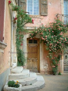 Roussillon: House with ochre colour decorated with rosebushes and flowers - France-Voyage.com