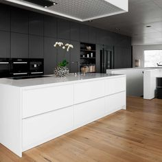 The rear façade of the kitchen, which extends over a length of about six metres, hides access to the storage room, elevator and combines the open dining and kitchen area with the adjoining lounge area by the fireplace Contemporary Kitchen Renovation, Contemporary Kitchen Design, Contemporary Interior, Contemporary Apartment, Contemporary Stairs, Contemporary Building, Contemporary Cottage, Contemporary Wallpaper, Contemporary Office