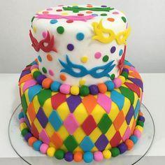 bolo de carnaval colorido com com confetes, serpentinas e máscaras. Post achados do instagram: doces de carnaval: http://weshareideas.com.br/blog/achados-instagram-doce-carnaval/