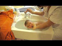 Thalasso Bain Bebe par Sonia Rochel - Baby's first bath, amazing to watch! Baby Massage, Massage Bebe, Babys First Bath, Bebe Video, Baby Spa, Newborn Care, Newborn Babies, Newborns, Baby Care