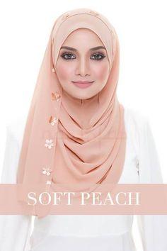 Best Ideas how to wear a scarf around your neck turbans Pashmina Hijab Tutorial, Pashmina Scarf, Moda Hijab, Langer Mantel, Veil Hairstyles, Turkish Fashion, How To Wear Scarves, Beautiful Hijab, Hijab Outfit