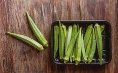 Για να μη βγάζουν οι μπάμιες καθόλου «σάλιο», η Αντωνία Ζάρπα, σεφ στο «Θαλασσάκι» της Τήνου, μάς έδειξε πώς τις ετοιμάζει η ίδια για το εστιατόριό της. How To Cook Zucchini, How To Cook Ham, Cooking Tips, Cooking Recipes, Cooking Ham, Recipe Box, Lunch Recipes, Food Hacks, Celery