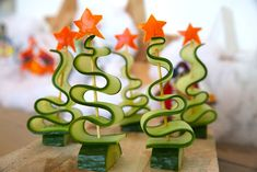 Cuke Trees - Present a forest of these on a silver tray with stars cut from red and yellow peppers Hapjes met komkommer Christmas Crackers, Christmas Snacks, Xmas Food, Christmas Cooking, Classy Christmas, Christmas Time, Xmas Dinner, Food Garnishes, Garnishing