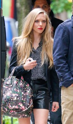 Amanda Seyfried- like the contrast of her put together all black look with the floral bag