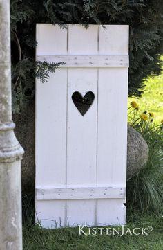 """Fensterladen aus Holz  zur Dekoration oder Rankhilfe im Garten   """"Herz""""  Das Original von Kistenjack®!  Maße: Breite 48 cm, Höhe 106 cm, Tiefe 4 cm  Dieser schöne Fensterladen mit dem..."""