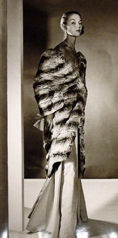 Jean Patchett in long chinchilla fur cape - Robert Mapplethorpe, Robert Doisneau, Vintage Glamour, Vintage Fur, Vintage Woman, Vintage Girls, Gordon Parks, Diane Arbus, Bruce Weber