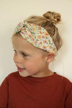 Hopen restjes heb ik liggen, voornamelijk katoen. Om deze restjes te verwerken is een haarlint ideaal. Uiteraard zijn er al talrijke tutorials voor haarlinten. Voor een katoenen haarlint echter vond ik er niet direct eentje dus werkte ik zelf eentje uit. Deze deel ik dan ook met plezier met jullie!   Veel plezier! Sewing Tutorials, Sewing Projects, Sewing Patterns, Sewing For Kids, Diy Clothes, Diy Fashion, Headbands, Free Pattern, Crochet
