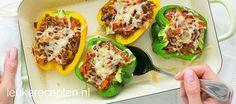 Dit gerecht van paprika's gevuld met bolognesesaus is leuk om te serveren en bevat veel groenten.