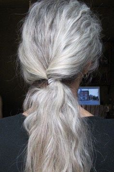 Natural gray hair (too messy for classic? Pelo Color Plata, Silver White Hair, White Blonde, Grey Hair Inspiration, Coiffure Hair, Curly Hair Styles, Natural Hair Styles, Long Gray Hair, Black Hair