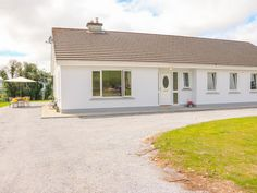 PRICE FROM £377.00 PW SLEEPS 9 BEDROOMS 4 BATHROOMS 3 PET FREE This delightful detached cottage rests in Killarney, County Kerry, Ireland and can sleep up to nine people in four bedrooms.