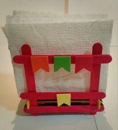 Deixe a decoração da sua festa Junina ainda mais bonita. E pode se tornar uma linda e pratica lembrança para os seus convidados. Porta Guardanapos feitos a mão, com palitos de sorvete e apliques em eva. Diversas cores  Guardanapos não acompanham o produto.  Podem haver variação na tonalidade dos ... Cute Crafts, Diy And Crafts, Crafts For Kids, Paper Crafts, Popsicle Stick Crafts, Craft Stick Crafts, Burlap Roses, Kindergarten Crafts, Party Decoration