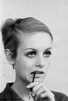 Twiggy Swinging London uploaded by sarah on We Heart It 60s Makeup, Makeup Inspo, Makeup Inspiration, Hair Makeup, Twiggy Makeup, Twiggy Hair, 60s Hair, Eyeliner Makeup, 1960s Fashion