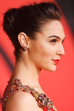 At the [i]Batman V Superman[/i] European premiere, Gal Gadot sported a superb up do. Just look at it from the front. Celebrity Hairstyles, Up Hairstyles, Wedding Hairstyles, Short Hair Updo, Short Hair Styles, Gal Gardot, Gal Gadot Wonder Woman, Bridal Hair Updo, Make Up