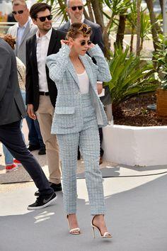 Kristen Stewart wearing white Aquazzura stiletto sandals and a Chanel suit in 2018. #kristenstewart #chanel #streetstyle #fashion Kristen Stewart Cannes, White Jumper, What Women Want, Outdoor Woman, Red Carpet Looks, Suit Fashion, Cannes Film Festival, Street Style, Female Celebrities