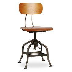 Cadeira fabricada em metal, com acabamento natural tratado com resinas, estilo…