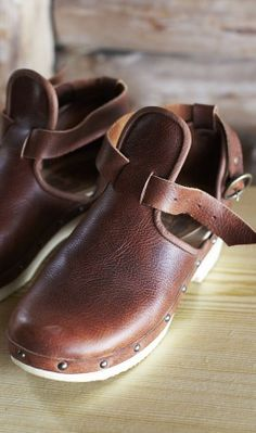 fall clogs-color,leather,ahhh love these soo much