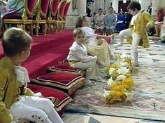 Froilán, el hijo mayor la Infanta Elena y Jaime de Marichalar, aprovechó el comienzo de la ceremonia para intentar asestar una patada a uno de los cinco pajes que portaron las arras.