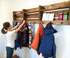 So, we have come up today with amazing ideas of Recycled Pallet Coat Rack with Hooks. These awesome designs of Recycled Pallet Coat Rack with Hooks are so easy Wooden Pallet Crafts, Diy Pallet Projects, Wooden Pallets, Easy Diy Projects, Pallet Wood, Wood Projects, Woodworking Projects, Pallet Coat Racks, Diy Coat Rack