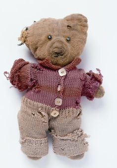 """""""Alan Measles"""" a 50 year old teddy bear owned by artist Grayson Perry. Look it up. Old Teddy Bears, Vintage Teddy Bears, My Teddy Bear, Boyds Bears, Antique Toys, Vintage Toys, Recurring Nightmares, Grayson Perry, Charlie Bears"""
