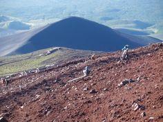 砂走館の先に宝永山を望む。御殿場口|富士山登山ルートガイド。Mount Fuji climbing route guide