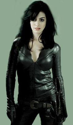 Anne Hathaway, smoking hot in leather! Catwoman Cosplay, Catwoman Outfit, Anne Hathaway Catwoman, Human Poses Reference, Black Costume, Sexy Latex, Old Actress, Celebs, Celebrities