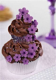 I purple and chocolate - this is tooo beautiful! - Violet and Chocolate Couture Cupcakes, a cupcake on top of another :) Pretty Cupcakes, Beautiful Cupcakes, Yummy Cupcakes, Cupcake Cookies, Cupcake Cupcake, Popcorn Cupcakes, Blueberry Cupcakes, Large Cupcake, Cupcake Bakery