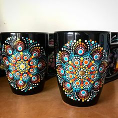 Mandala Painting, Dot Painting, Painted Mugs, Painted Rocks, Flower Pot Crafts, Glass Bottle Crafts, Mandala Dots, Dots Design, Bottle Painting