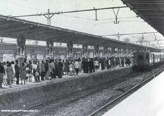 Estate anni '60. Tutti al mare con il trenino Roma-Ostia
