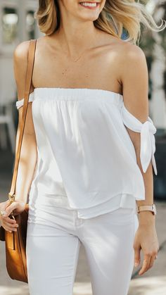 White tie-sleeve off-shoulder top Off Shoulder Dresses, Off Shoulder Fashion, Off Shoulder Top Outfit, Off Shoulder Sweater, Striped Off Shoulder Top, Off Shoulder Tops, Trend Fashion, Look Fashion, Fashion Tips