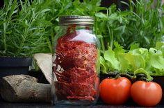 Tomaten met kruiden drogen in een voedseldroger / Dehydrating tomatoes with herbs