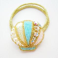 ダイヤモンドカットストーン・パール・スパンコールなどをシェルの形に刺繍しました*バッグに付けていただいても可愛いです♪*ゴムは伸びても付け替えられるようになっています。約3.8×4cm