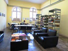 A sala da Biblioteca do Centro Cultural da UFMG é relativamente ampla, possuiu livros e revistas oriundos de doações, bem como jornais diários contudo nos dias de calor, devido a falta de aparelhos de ar-condicionado o local pode ser bastante quente, além disso para quem objetiva leitura concentrada, a percepção de ruídos da área externa também é grande.
