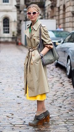 Street style from London Fashion Week. Model Laura Bailey covers up her colorful outfit with a classic trench. Wedge booties are ideal for cobblestone streets. Laura Bailey, London Fashion Weeks, Rainy Day Fashion, Winter Fashion, Looks Style, My Style, Eat Sleep Wear, Vetements Clothing, Look At You