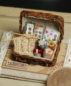 Idea for mini sewing/knitting trunk Miniature Crafts, Miniature Food, Miniature Dolls, All The Small Things, Little Things, Miniature Furniture, Dollhouse Furniture, Sewing Box, Sewing Case